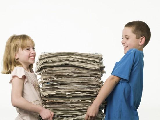 Kids mit Zeitungen_weg