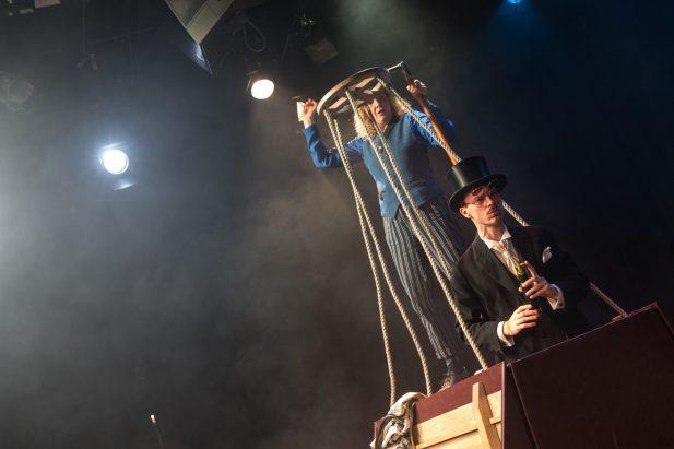 80-Tage_Premierenbild2_Theater-des-Kindes_Katharina-Schraml_Matthias-Hacker_Bildrechte-Theater-des-Kindes